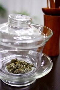 Foto: chá Pearl Jasmim antes da infusão em água, in HojoTea.com